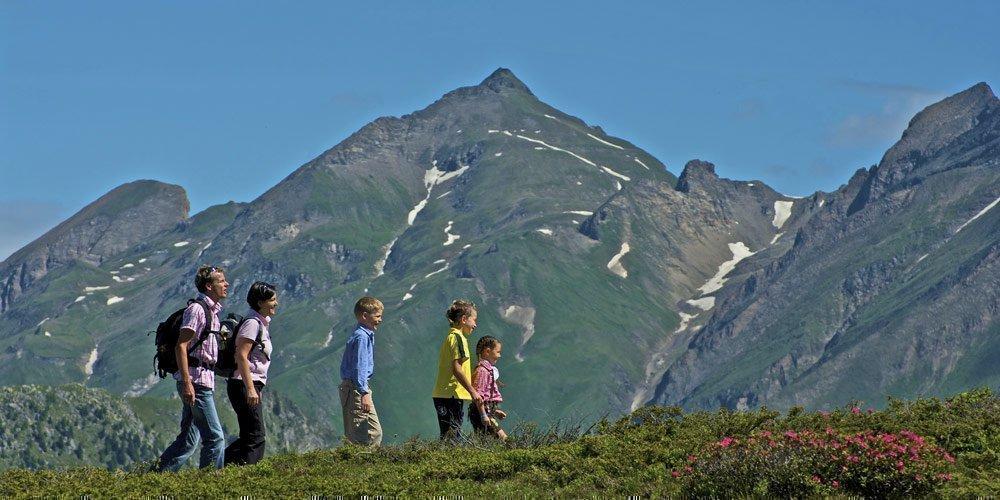 Sentieri escursionistici per famiglie di fronte a uno scenario alpino d'alta quota