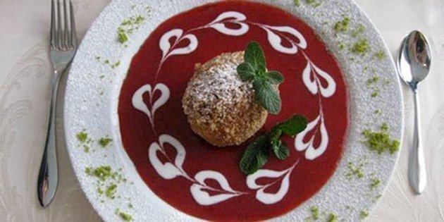 Canederli dolci alla ricotta su salsa di fragole